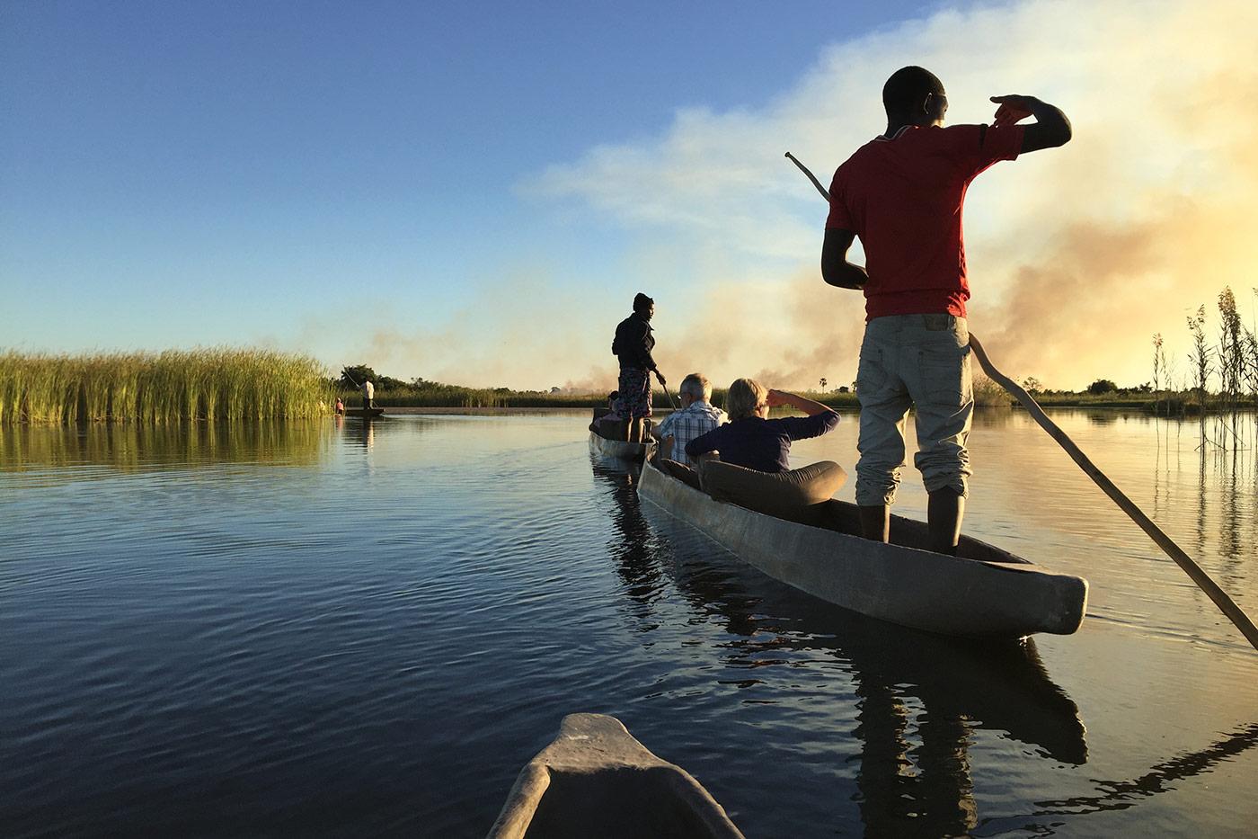 Während des Aufenthalts im Okavango-Delta geht es zu Fuß und im traditionellen Mokoro auf die Pirsch. Dabei wird von den einheimischen Polern (Mokoroführern) und Campbetreuern einiges über die Flora und Fauna Botswanas gelernt. Am abendlichen Lagerfeuer k