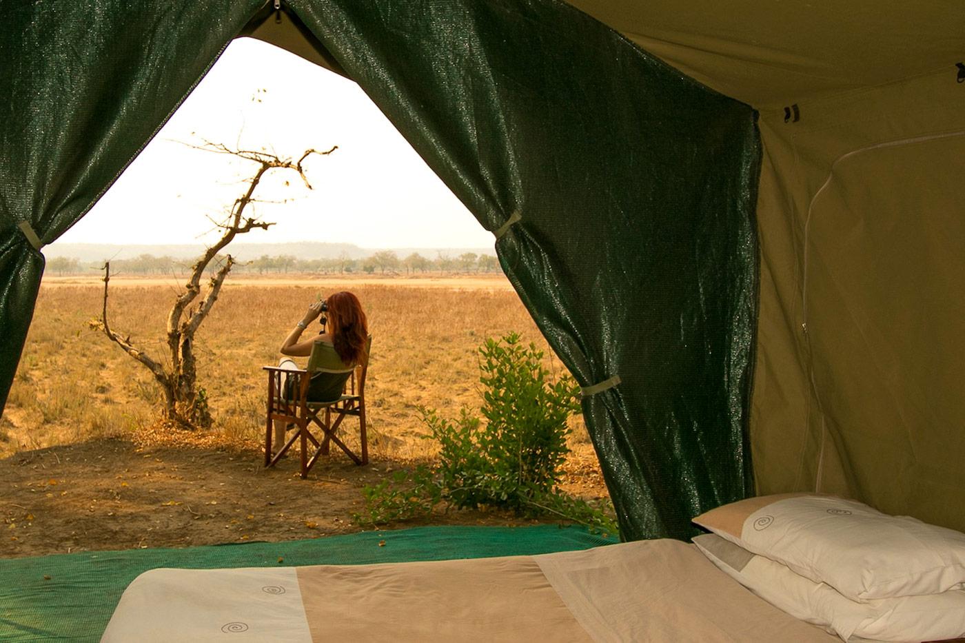 Blick in die Landschafft aus einem Zelt in der Chilo Gorge Lodge