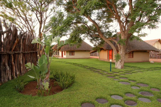 Bungalows der Frans Indongo Lodge