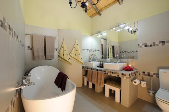 Badezimmerbeispiel der Frans Indongo Lodge