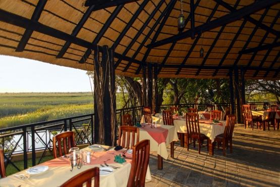 Speiseraum in der Namushasha River Lodge mit fantastischem Blick