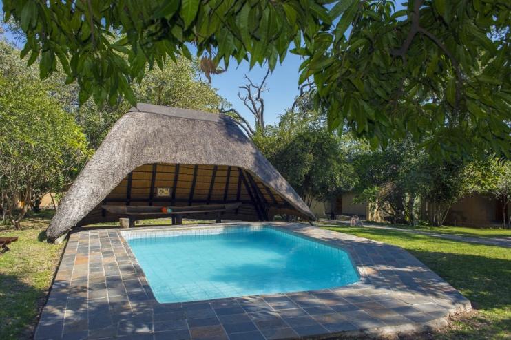 Pool der Namushasha River Lodge