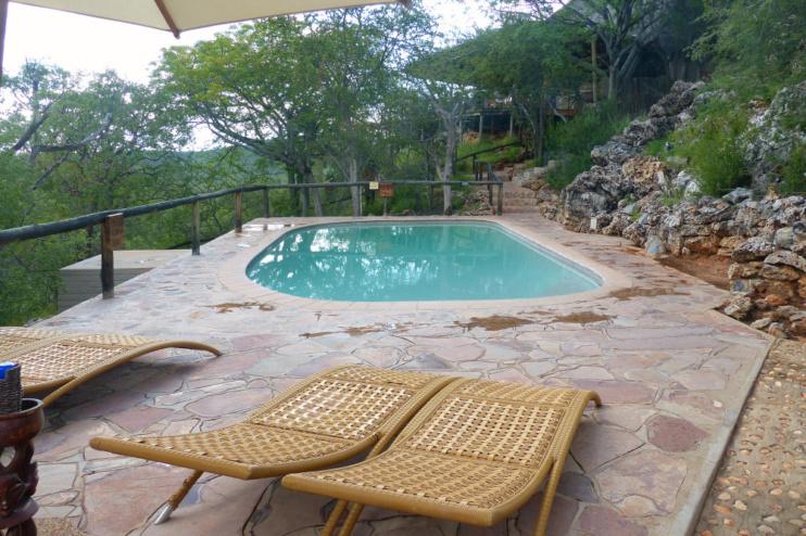 Kleiner aber feiner Pool zur Abkühlung in Nähe von Bar & Restaurant. (Ongava Lodge)