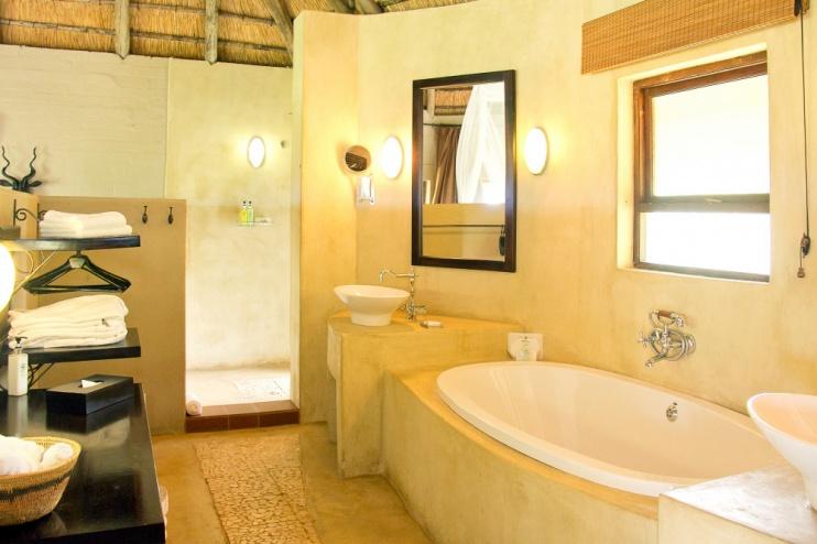 Badezimmer einer Hütte der Ngoma Safari Lodge