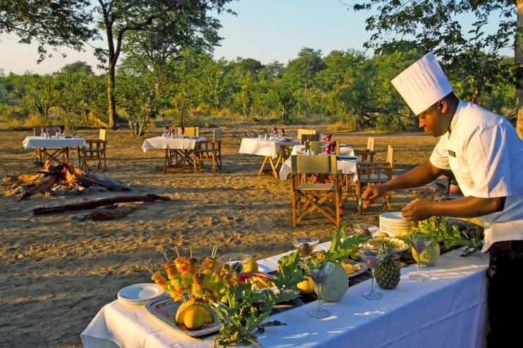 Vorbereitung des Buschdinners in der Ngoma Safari Lodge