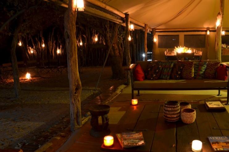 Sango Safari Camp, Lounge in der Nacht