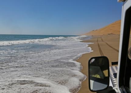 Die Namib fällt direkt in den Atlantik