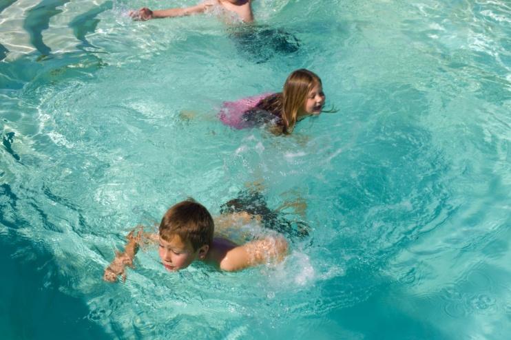 De Zeekoe Guest Farm Kinder im Pool