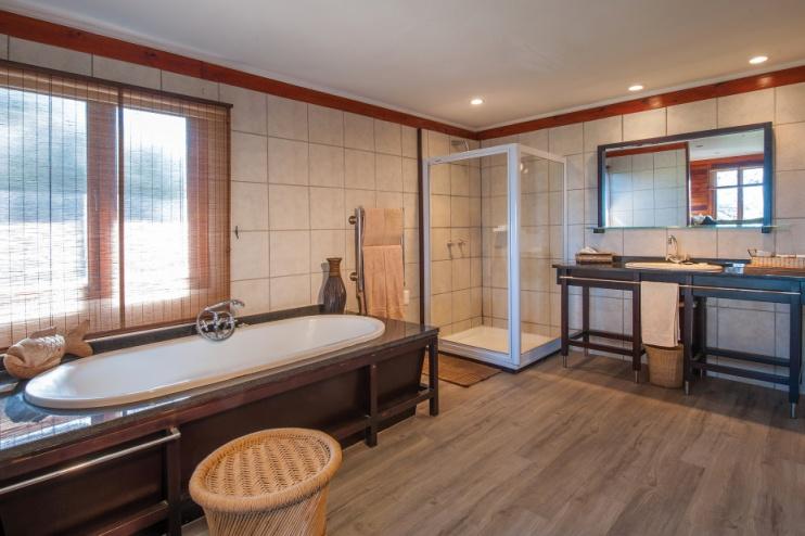 Badezimmerbeispiel von der Kariega Ukhozi Lodge
