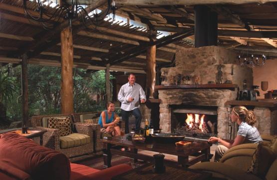 Die Lounge und der Kamin in der Kariega Ukhozi Lodge