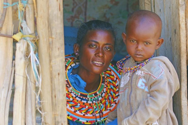 Eine Samburu Frau und ihr Kind im Samburu Reservat