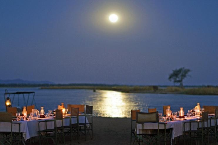 idyllisches Abendessen am Fluss im Chiawa Camp