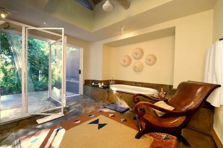 Badezimmer einer Suite der Sabi Sabi Bush Lodge
