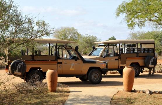 Safarifahrzeuge des Satao Camps