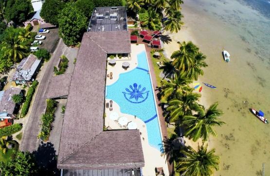 Blick aufs Hotelgelände und auf den Pool
