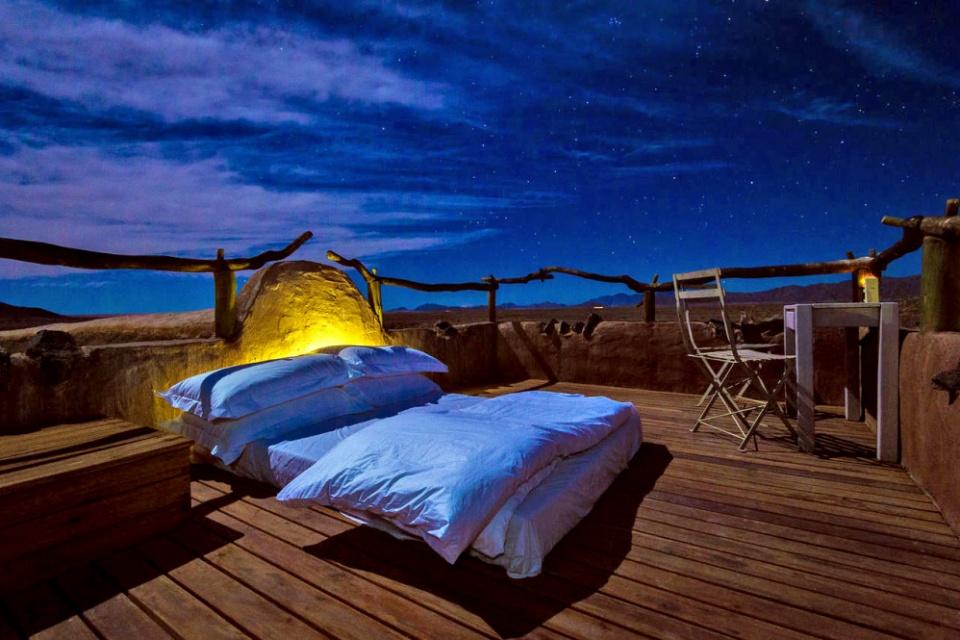 Ein Bett unter den Sternen in der Little Kulala Lodge