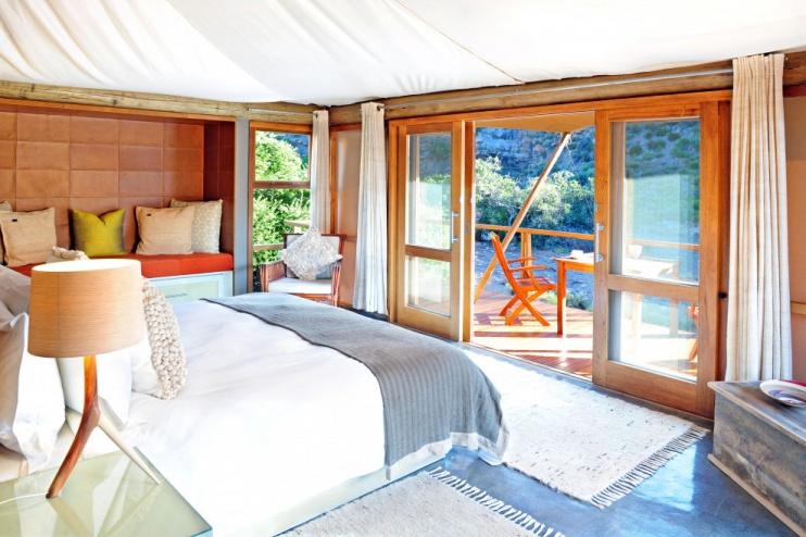 Schlafzimmer und Veranda in der Dwyka Tented Lodge im Sanbona Wi