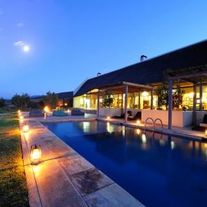 Der Poolbereich der Gondwana Family Lodge in der Dämmerung