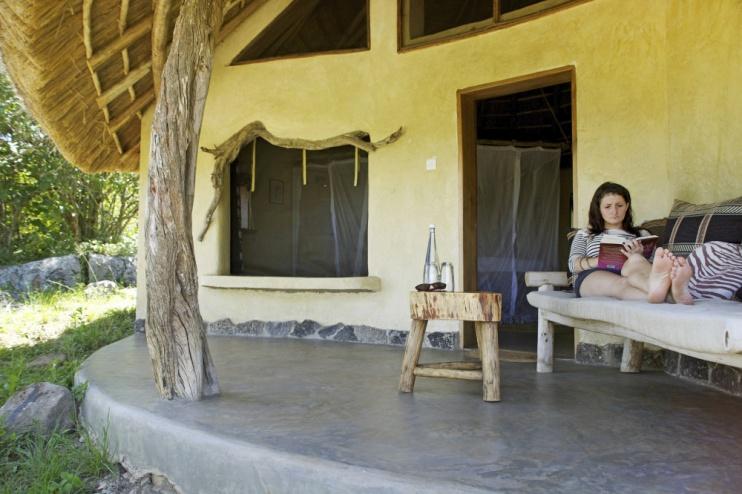 Terrasse von einem Cottage der Rwakobo Rock Lodge