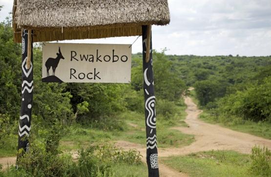 Der Eingang zur Rwakobo Rock Lodge