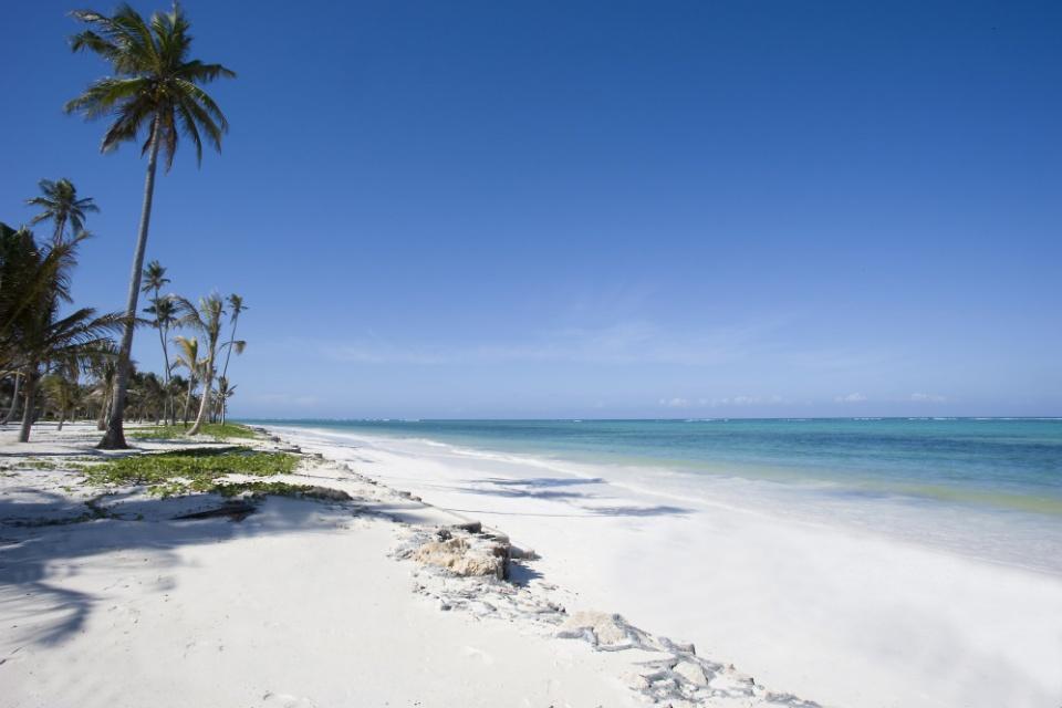 Traumhafter Sandstrand vorm Baraza Resort & Spa